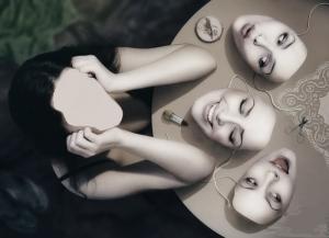 девушка и маски